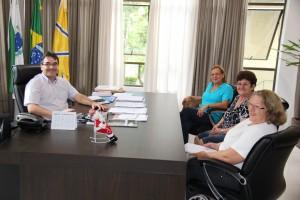 Prefeito Cantelmo Neto com as representantes: Jovilde Bedin, Zelinda Bedin e ao fundo SirleiTazinasso.