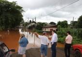 Prefeito conversa com um dos moradores no bairro da Cango
