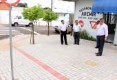 O despachante Ademir Aguirre fez a calçada em parceria com a Prefeitura e recebeu a visita de Alberto Andrade e Eduardo Scirea, que visitaram locais contemplados pelo programa Novos Caminhos