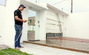 Na casa do empresário André Getter, a água é captada do telhado, armazenada em uma cisterna e usada para lavar pisos e na irrigação