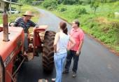 O agricultor Pedro Martini conversa com a vereadora Daniela Celuppi e Nelcir Basso, secretário de Desenvolvimento Rural