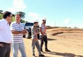 Prefeito Cantelmo Neto e o investidor André 'Mano' Sanderson na área em que será construído o novo CDD da Ambev de Beltrão
