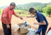 A zootecnista da Prefeitura, Roberta Petry, repassa doses de sêmen para inseminação no gado do produtor Sidnei Zanoni, de Menino Jesus, através de programa de melhoramento genético