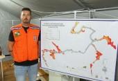 Professor Elvis Hendges, coordenador do Ceped, mostra sistema que permite prever áreas afetadas conforme nível do rio