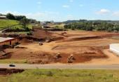 Máquinas finalizam a terraplenagem da área de 50 mil m2 no bairro Água Branca em que será instalado o novo centro de distribuição da Ambev
