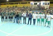Prefeitos de Beltrão, Cantelmo Neto, e de Dois Vizinhos, Raul Isotton, após o pontapé inicial que marcou a entrega da revitalização do ginásio Arrudão no jogo entre Cresol/Marreco e Galo Futsal