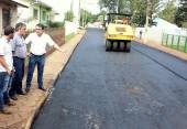 Prefeito Cantelmo Neto e o vice Eduardo Scirea acompanharam parte do serviço nesta etapa de asfaltamento de ruas