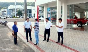 Prefeito Cantelmo Neto visitou a calçada na nova concessionária da Toyota em Beltrão, feita em parceria com o Município