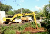Máquinas e caminhões da Prefeitura iniciaram o desassoreamento do rio Lonqueador nesta semana; outros córregos e bacias de contenção estão recebendo o serviço