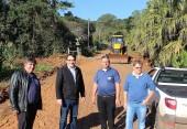 Prefeito Cantelmo Neto acompanhou a preparação da estrada, nesta semana, com Pedro 'Tufão', Ademar Schmoller e Nelcir Basso