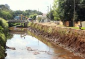 Dragagem de dejetos do leito do rio melhora a vazão das águas das chuvas