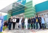 Eduardo Scirea, Rose Guarda e prefeito Neto com parte da equipe que irá trabalhar na UBS do São Cristóvão/Água Branca, inaugurada nesta sexta junto com a unidade do Industrial