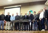Na Amsop, lideranças da região posam após assinatura do primeiro edital de pesquisa da unidade da Embrapa da região, que iniciou as atividades nesta sexta através da UMIPTT