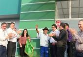 Seu Castanha, um dos moradores mais antigos do Marrecas, ajudou a descerrar a placa de inauguração da nova UBS com o prefeito Neto e lideranças do bairro